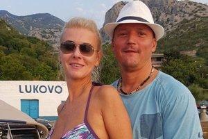 Monika Jankovská s manželom Tiborom Jankovský na staršej fotke z Chorvátska. Loď práve kotví na pobreží dediny Lukovo. Na snímke je rozoznateľné, že plavidlo má slovenskú vlajku.
