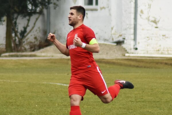 Skóre zápasu otváral gólom do šatne kapitán ŠKF Martin Mečiar.