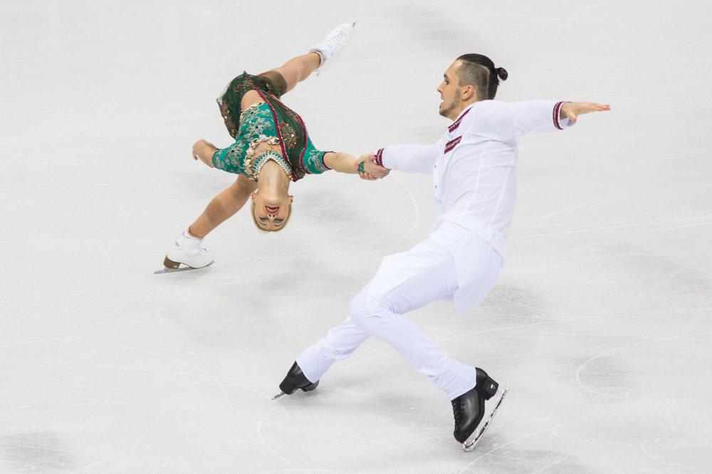 Ruská športová dvojica Maxim Trankov a Tatiana Volosožarová počas krátkeho programu športových dvojíc.