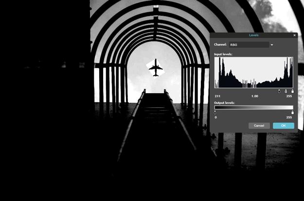Jednoduchá úprava odhalí, že lietadlo bolo na fotografiu vložené až po jej odfotení.
