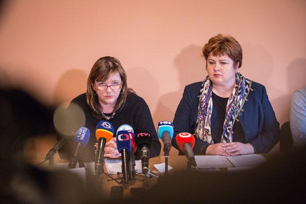Predsedníčka Odborového združenia sestier a pôrodných asistentiek Monika Kavecká (vpravo) a prezidentka Slovenskej komory sestier a pôrodných asistentiek Iveta Lazorová počas dnešného brífingu.