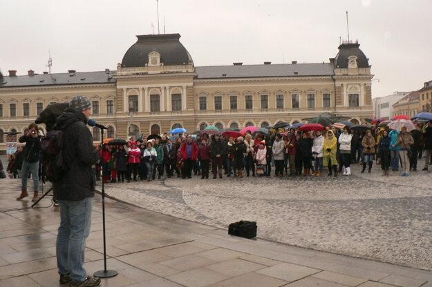 Stovkám ľudí na námestí v Nitre sa prihovoril aj Štefan Šimonov z Iniciatívy nitrianskych učiteľov.