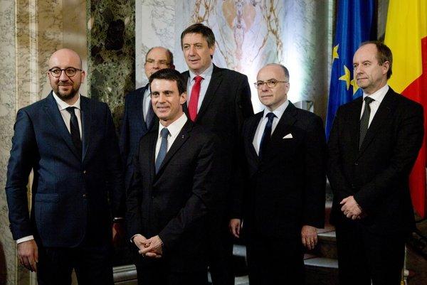 Belgický premiér Charles Michel (vľavo), vedľa neho francúzsky premiér Manuel Valls,belgický minister spravodlivosti Koen Geens,  belgický minister vnútra Jan Jambon (v strede), francúzsky minister vnútra Bernard Cazeneuve, a francúzsky minister spravodlivosti Jean-Jacques Urvoas (vpravo).