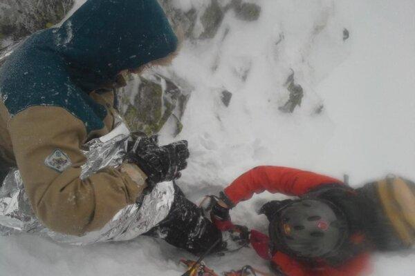V ťažko dostupnom teréne nasadili záchranári snoubordistovi na nohy mačky.