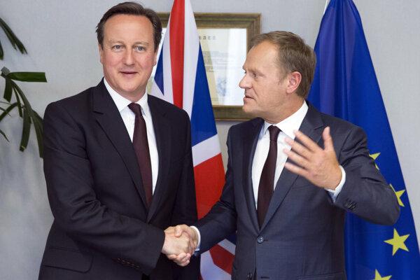 Britský premiér David Cameron (vľavo) a predseda Európskej rady Donald Tusk.