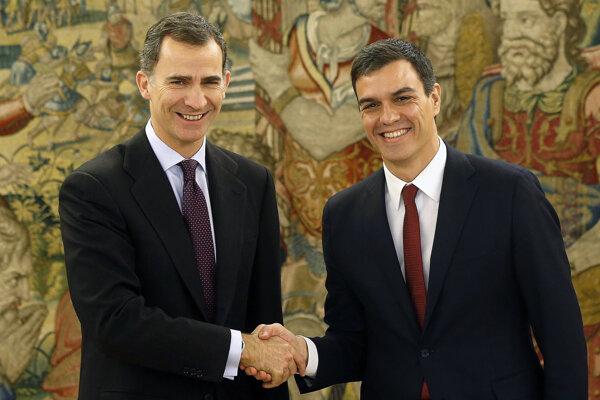 Španielsky kráľ Filip VI. a líder socialistov Pedro Sánchez.