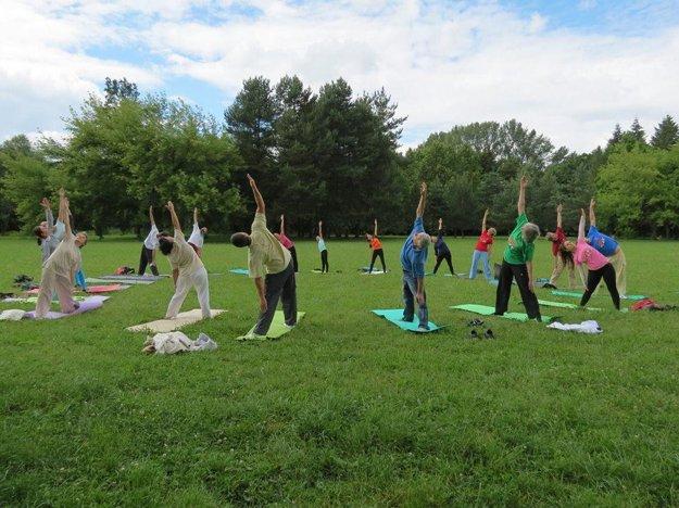 Joga je špeciálne cvičenie, ktoré pomáhať ľuďom byť zdraví a spokojní.