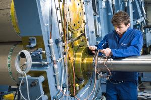 Duálne vzdelávanie má aj Stredná odborná škola vDubnici nad Váhom. Žiaci odboru mechanik mechatronik majú praktickú výučbu vo firme HF NaJUS.