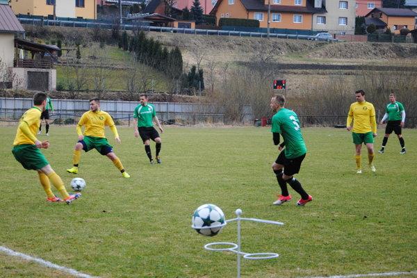 Futbalisti Predmieru (v žltom) prišli o bodový zisk proti Čiernemu až v závere zápasu.