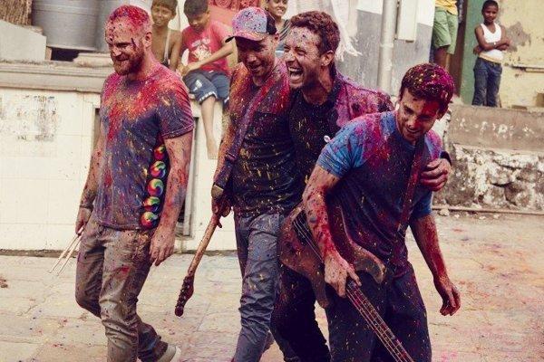 Nový klip kapely Coldplay sa odohráva počas indického festivalu farieb Holí.