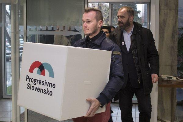 Na snímke vpravo líder hnutia Progresívne Slovensko Ivan Štefunko pred zaregistrovaním hnutia v budove Ministerstva vnútra.