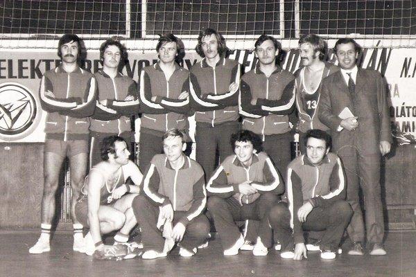 Basketbalový tím Slávie VŠP Nitra z roku 1976. Stoja zľava Mečiar, Tupý, Križan, Borsodi, Michalec, Dérer, tréner Cibuľka, dolu zľava: Zvada, Bojňanský, Celušák, Poláček.