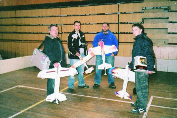 Vyznávači halového  elektro lietania s modelmi.