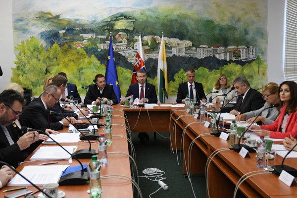 Predseda vlády SR Peter Pellegrini (uprostred) a členovia vlády počas výjazdového rokovania 98. schôdze vlády SR na Obecnom úrade v Prakovciach.