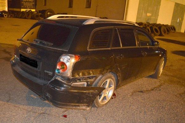 Jedno z poškodených áut, do ktorého mladík počas cúvania narazil.