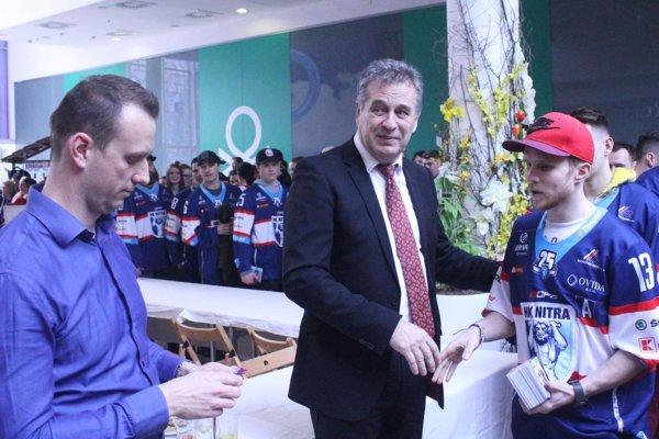 Hokejisti Nitry si prevzali bronzové medaily a rozdávali podpisy fanúšikom. Zľava riaditeľ klubu Miroslav Kováčik, primátor Jozef Dvonč a útočník Michal Krištof.