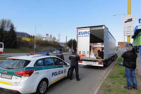 Kamión zastavili pri neresnickej križovatke.