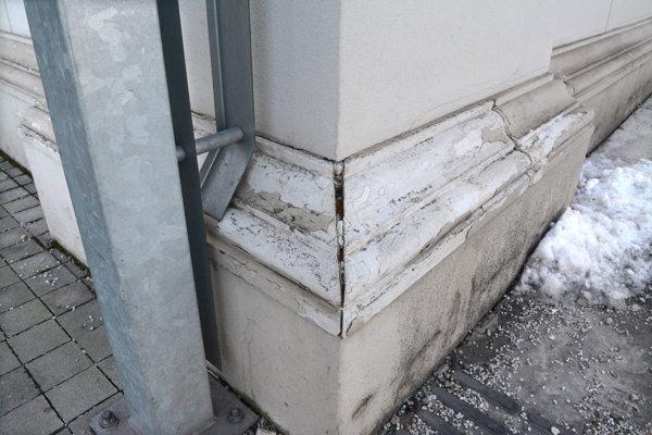 Poškodená fasáda na Kulturparku.