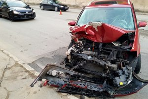 Zdemolovaný volkswagen po nehode.
