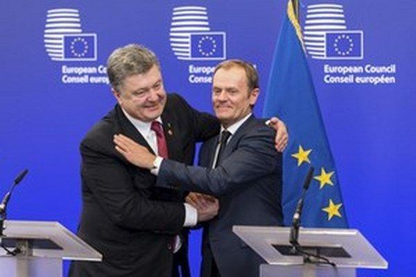 Predseda Európskej rady Donald Tusk (vpravo) a ukrajinský prezident Petro Porošenko.