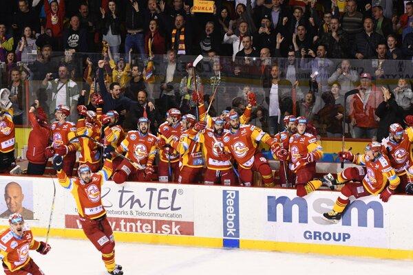 Hokejisti Trenčína sa radujú z postupu do finále.