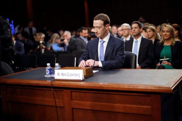 Mark Zuckerberg počas vypočúvania.