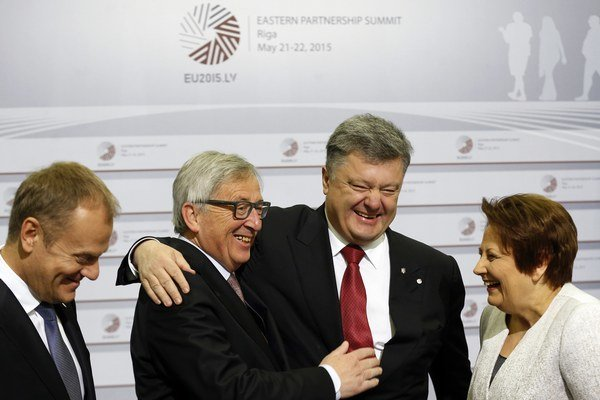 Donald Tusk, Jean–Claude Juncker, Petro Porošenko a Vike-Freibergová na summite v Rige.