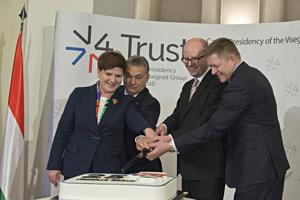 Vtedajší premiéri visegrádskych krajín počas symbolického prekrojenia torty k 25. výročiu V4 v Prahe 15. februára 2016.
