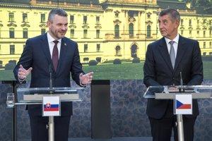 Zľava predseda vlády SR Peter Pellegrini a český premiér v demisii Andrej Babiš na stretnutí v Prahe.