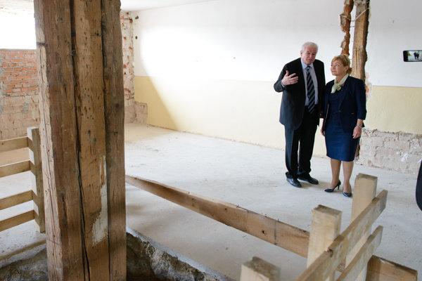 Na snímke vpravo ministerka kultúry SR Ľubica Laššáková a riaditeľ Múzea židovskej kultúry Pavol Mešťan počas návštevy Múzea holokaustu.