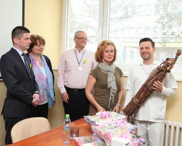 Zľava Primátor Malaciek Juraj Říha, lekárka Alena Kállayová, zástupca nemocnice Robert Vetrák, Eva Bacigalová a Rastislav Kandrík.