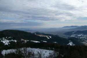 Pohľad na juhovýchod, smerom k Levočským vrchom a Čergovu.