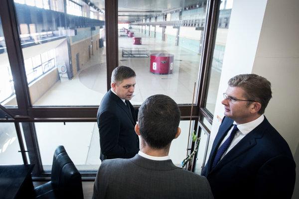 Expremiér Robert Fico a minister hospodárstva Peter Žiga (vpravo) v Gabčíkove. Ilustračné foto.