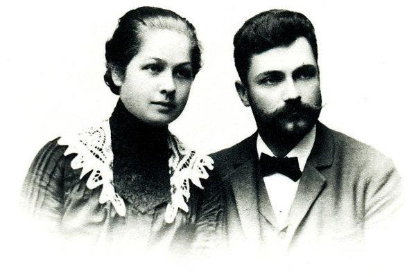 O tom, aké pomery vládli v zdravotníctve na Kysuciach  začiatkom 20. rokov 20.storočia opísal Dr. Ivan Hálek vo svojom diele Zápisky lekára. Na fotografii so svojou manželkou.