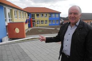 Na snímke starosta Vikartoviec Vladimír Šavel pred budovou základnej školy.