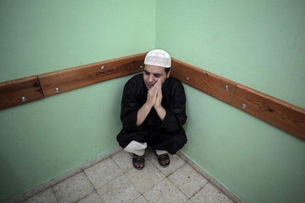 Palestínčan v nemocnici pri tele svojho príbuzného.