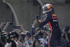 Daniel Ricciardo oslavuje víťazstvo na Veľkej cene Číny.