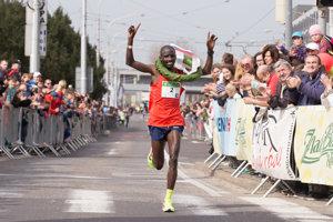 Keňan Nelson Cherutich prichádza víťazne do cieľa Národného behu Devín - Bratislava 2018.