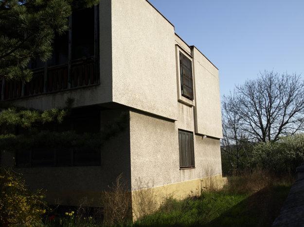 Okná domu chráni oceľová sieť, rolety sú spustené.