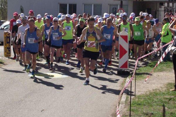 Bežci tesne po štarte - s číslom 51 (v strede) víťaz a nový traťový rekordér Jozef Urban.