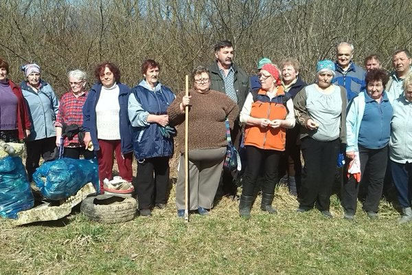 Na brigádu prišlo takmer dvadsať seniorov, ktorým nie je čistota prírody ľahostajná.