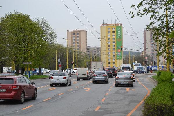 Nové radenie jazdných pruhov na ulici Obrancov mieru.