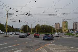 Dočasné vodorovné  dopravné značenie pomáha vodičom pri prechádzaní cez križovatku.