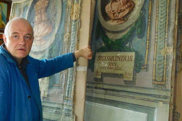 Reštaurátor Ľubomír Cáp s jedinečnými portrétmi v dielni.
