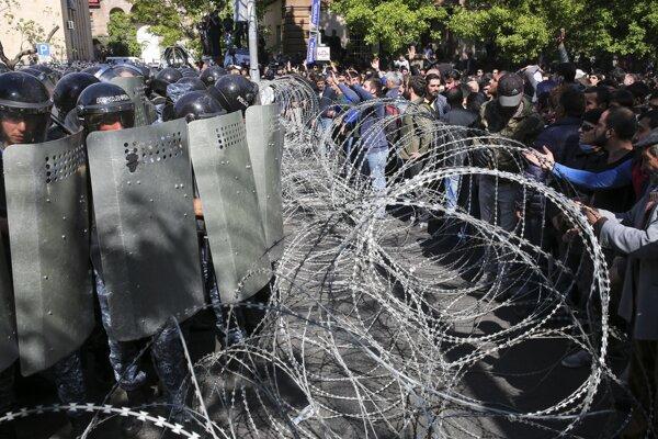 Proti demonštrantom v Arménsku zasahovala polícia.