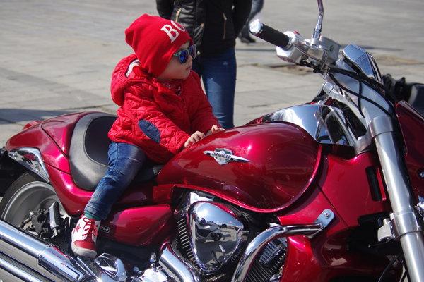 """Sadnúť na dvojkolesového """"tátoša"""" si mohli aj tí najmenší motorkári."""