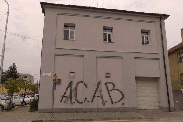 Nápis na budove mestskej polície - zo strany Osvaldovej ulice.