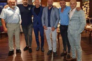 Na fotografii (zľava) sú bývalý zamestnanec Bonulu Peter Brath; profesionálny zápasník Attila Végh; Matúš Mečár, ktorý bol odsúdený za vydieranie; nitriansky podnikateľ Norbert Bödör; podnikateľ a manažér zápasníkov Eduard Gerek a zástupca riaditeľa Národnej jednotky finančnej polície NAKA Milan Mihálik.