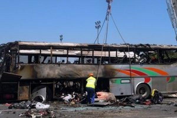 Pohľad na autobus s izraelskými turistami zničený po bombovej explózii na letisku v bulharskom Burgase.