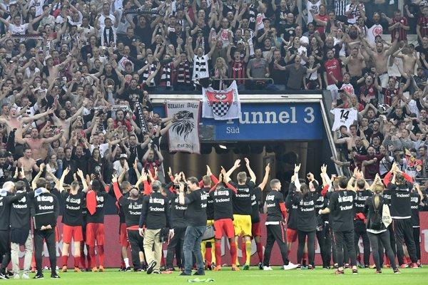Hráči a fanúšikovia Frankfurtu.